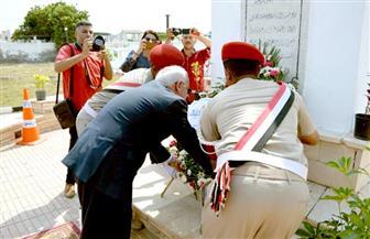 محافظ بورسعيد يضع إكليلا من الزهور على النصب التذكاري للشهداء