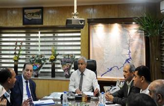 محافظ أسوان يعقد اجتماعا موسعا لمتابعة أعمال منظومة النظافة | صور