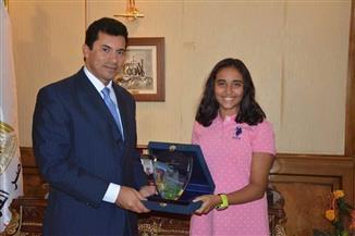 وزير الرياضة يكرم السباحة المصرية ريم أشرف صاحبة أطول غطسة في العالم