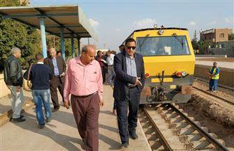 رئيس السكة الحديد يتفقد مواقع بالمنطقة المركزية والوسطى ويكافئ مراقب برج وفني إشارات | صور