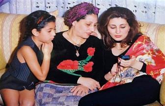 ايتن عامر تكشف عن صورتها وهى طفلة مع أمها وشقيقتها