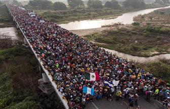 أول مجموعة من المهاجرين القادمين من هندوراس تعبر الحدود المكسيكية