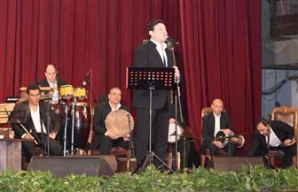 هاني شاكر يحيي حفلا غنائيا بجامعة القاهرة وحضور كثيف للطلاب | صور