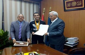 محافظ الدقهلية يكرم عبد العزيز عاصم بعد فوزه ببطولة العالم للكاراتيه | صور