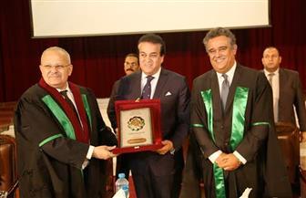 وزير التعليم العالي يكرم أوائل الخريجين من الدفعة 89 لطب الأسنان بجامعة القاهرة | صور
