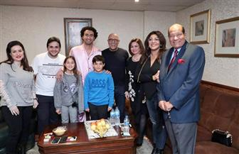 أشرف عبدالباقي يستقبل إلهام شاهين وهالة صدقي في مسرح مصر |صور
