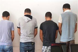ضبط 4 عاطلين وموظف بحوزتهم مواد مخدرة وأسلحة بالإسماعيلية