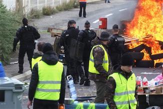 """شرطة باريس تستخدم الغاز المسيل للدموع وخراطيم المياه ضد محتجي """"السترات الصفراء"""""""