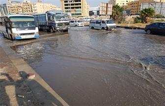 كسر ماسورة مياه يتسبب في كثافات مرورية على طريق الفيوم | صور