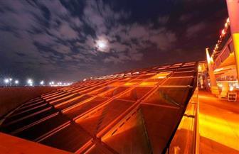 إضاءة مكتبة الإسكندرية باللون البرتقالي دعما للمرأة | صور