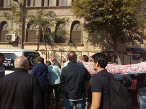 وسط غياب الفنانين.. تشييع جثمان الفنان عادل أمين بالإسكندرية| صور