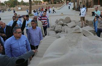 بدء أعمال ترميم وتجميع آخر تمثال للملك رمسيس الثاني أمام الصرح الأول بمعبد الأقصر   صور