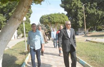 """محافظ المنيا يتفقد الحديقة العامة ومشروع """"البازارات"""" لبحث تطويرهما"""