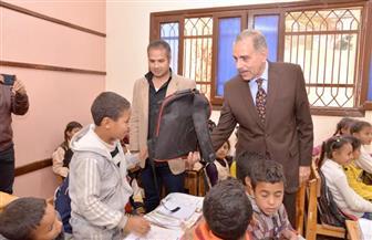 محافظ أسيوط يوزع 750حقيبة و200 مقعد مدرسي و1500 حذاء على التلاميذ | صور