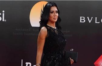 """""""فستان رانيا عامل مشاكل"""".. موضة جريئة على السجادة الحمراء"""