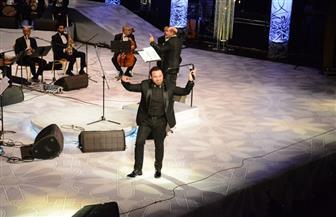 """""""كنعان"""" تمنح """"الحلاني"""" الشال الفلسطيني خلال الرقص معه على المسرح"""