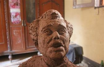 """ابن محمود عبد العزيز يوجه رسالة شكر لصانعة تمثال """"الشيخ حسني"""""""