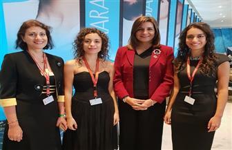وزيرة الهجرة تلتقي شقيقتين مصريتين من أشهر عازفي الموسيقى باسكتلندا على هامش منتدى شباب العالم