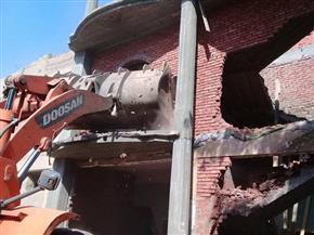 إزالة عقار مخالف في ميدان الألف مسكن على محور جسر السويس