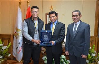 وزير الشباب والرياضة يكرم بطل العالم في القوة البدنية أمير محمد سيد  صور