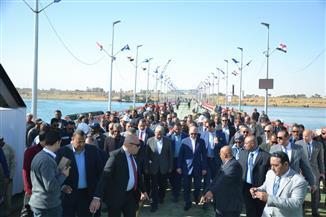 مُهاب مميش ومحافظ السويس يشهدان التشغيل التجريبي لكوبري الشط العائم لربط ضفتي القناة