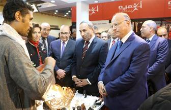 محافظ القاهرة ونقيب الصحفيين يتفقدان معرض الصناعات اليدوية | صور