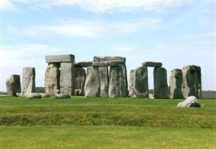 """""""أطول ليلة في العام"""".. الآلاف يحتفلون في بريطانيا بشروق الشمس عند """"ستونهنج الحجري الأثري"""""""