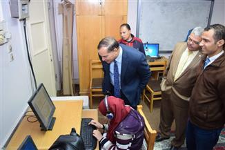 """رئيس جامعة سوهاج يتفقد امتحانات """"فاقدي البصر"""" إلكترونيًا"""