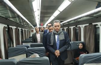 وزير النقل يستقل القطار متجها إلى الإسكندية ويتفقد أعمال تجميل وتطوير الساحة الخارجية لمحطة مصر| صور