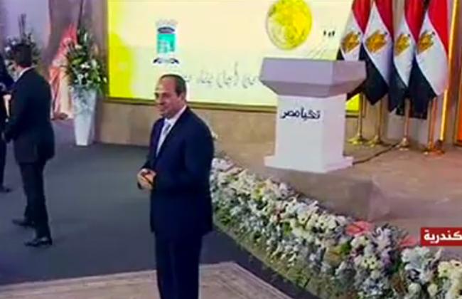 الرئيس السيسي يسلم 10 عقود وحدات سكنية بمشروع  بشاير 2    صور -