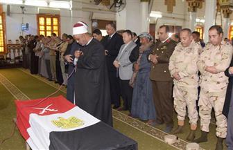 محافظ بنى سويف والقيادات الأمنية والعسكرية يتقدمون جنازة الشهيد هشام جاد الرب| صور