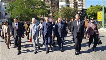 المحافظ والسفير الياباني يتجولان بشارع كورنيش النيل بالمنيا لافتتاح اليوم الثقافي