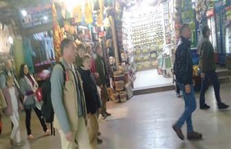 ملك بلجيكا وزوجته يزوران السوق السياحي بأسوان