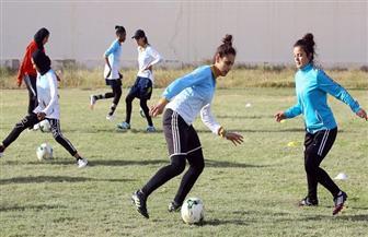 فتيات ليبيات تتحدين التقاليد ويلعبن كرة القدم في أكاديمية بطرابلس