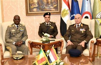الفريق فريد يلتقى وزير دفاع الكاميرون ورئيسي الأركان المالى والرواندى ورئيس الخدمة الوطني الإماراتي