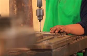 مارينا.. حققت حلمها بتطويع الحديد وتحويلة لمشغولات وقطع فنية بتمويل من جهاز تنمية المشروعات | فيديو
