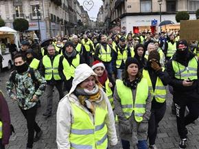 السترات الصفراء تواصل التحدي للأسبوع الثامن.. والداخلية الفرنسية تهدد باستخدام القوة