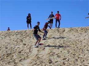 وادي الريان تستضيف 720 طالبا وطالبة للتزحلق على الرمال بالفيوم | صور