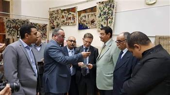"""مسعد عمران والقنصل الفرنسي بمصر يفتتحان معرض """"الخزف والسجاد"""" بقرية جارجوس بالأقصر"""