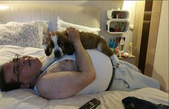 """سخرية على الإنترنت من صورة أيمن نور بـ""""الفانلة الحمالات"""" والكلب"""
