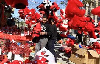 """فرقة موسيقية تجوب شوارع طوكيو برسالة للرجال: """"عبروا بالورود في عيد الحب"""""""