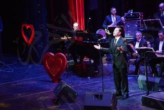 مدحت صالح يتألق في حفل عيد الحب ويستجيب لرغبات جمهوره | صور