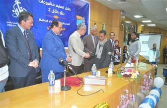محافظ المنيا يسلم 21 تروسيكلا للأسر الأولى بالرعاية