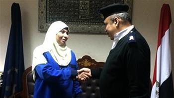 شرطة مطار القاهرة تكرم إحدى العاملات لأمانتها