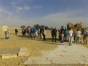 وفد سياحي يزور منطقة تونا الجبل الأثرية بالمنيا