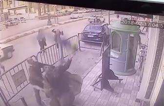 ثلاثة أمناء شرطة يلتقطون طفلا خلال سقوطه من شرفة منزله بالطابق الثالث وينقذون حياته بأسيوط | فيديو