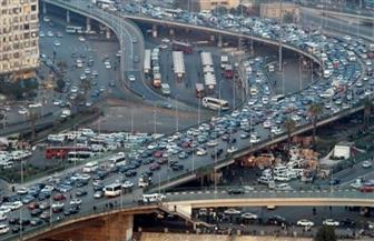 إصابة موظف في تصادم بمحور العروبة.. وكثافات مرورية بمحاور القاهرة