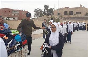 توزيع شنط بداخلها أدوات مدرسية وكتيبات توعية ضد مرض السرطان على تلاميذ سفاجا | صور