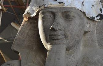 أشعة الشمس تضيء وجه الملك رمسيس الثاني ببهو المتحف الكبير
