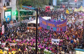 عشرات الآلاف يشاركون في مظاهرة ضد السياسات الاقتصادية بالأرجنتين
